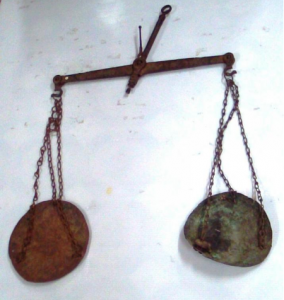 весы на цепях с чашами