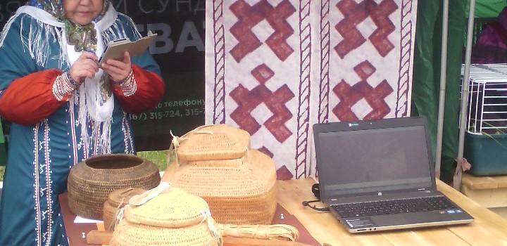 На семейном лесном празднике «День Кедра» был представлен выставочный проект «Вязаный сундучок корневатик»