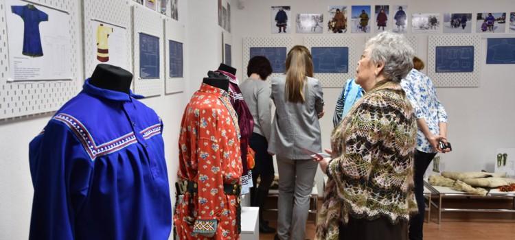 Зимняя меховая одежда и обувь, расшитые праздничные рубашки  и расписная летняя обувь представлены зрителям на открывшейся  28 марта выставке «Мужской костюм обских угров»  в этнографическом музее «Торум Маа»
