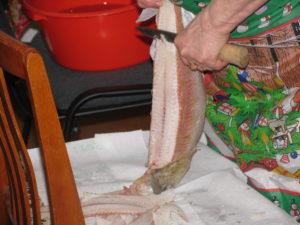 Приготовление строганины из свежемороженной рыбы. Мастер З.Н. Лозямова