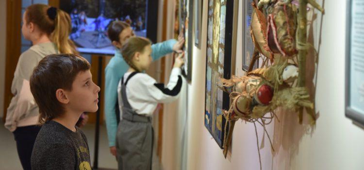 21 февраля открыта выставка детских и юношеских работ «Легенды «Торум Маа»