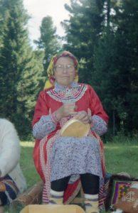 Каксина Нина Макаровна, с. Казым. Шитье крышки для берестяного короба