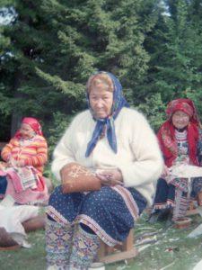 Тынзянова Надежда Андреевна (на переднем плане). Орнаментация берестяного кузова