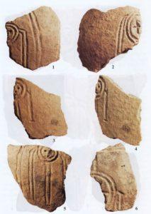 Косоплетение в Западной Сибири существовало ещё в XVII–XIII вв. до н. э. (бронзовом веке). Подтверждение – на рисунках керамических сосудов из поселения Самусь IV под г. Томском
