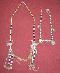Накосные украшения хантов с использованием бус, бисера, металлических птицевидных подвесок, пуговиц, колокольчиков и бубенчиков