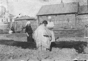 Медперсонал амбулатории обучает женщин-хантыек огородничеству. с. Полноват. 1928–1929 гг. Фото: К.П. Доронина.