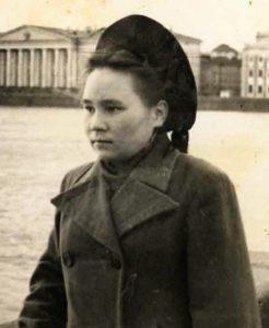 Е.И. Ромбандеева – студентка 1-го курса Ленинградского госуниверситета. 1949 г.