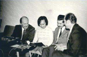 Е.И. Ромбандеева с венгерскими учеными: академиком Белой Кальманом (первый слева), доктором философских наук Кишем Андрэ (первый справа) и др. Г. Дебрецен (Венгрия). 1975 г.